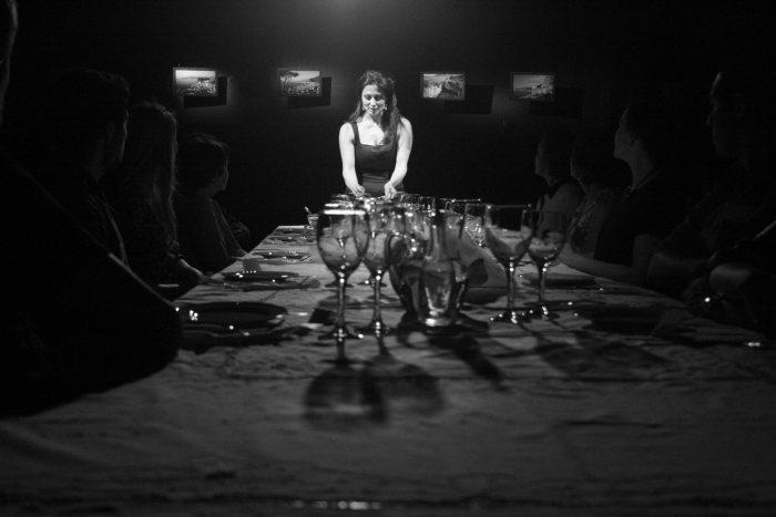 """Anita Mosca recebe o espectador para um ritual gastronômico em """"La Cena"""""""